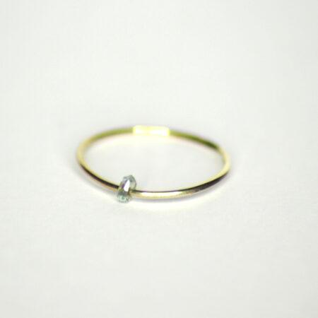 Ring aus 585 Recycling Gold mit beweglichem blau transparentem Zirkon
