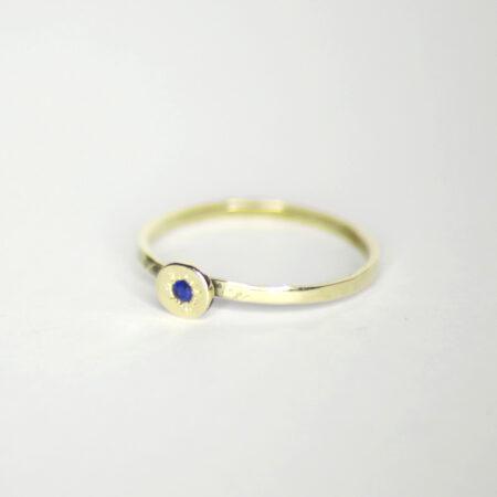 Ring aus 585 Recycling Gold mit Goldplatte und Saphir