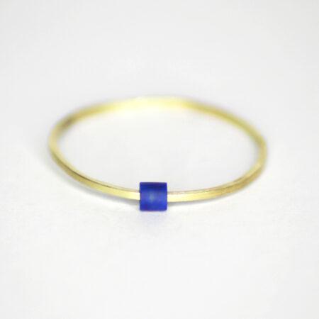 Ring aus 585 Recycling Gold mit beweglichem Lapislazuli