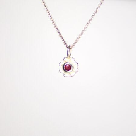 Silberkette mit kleinem Silberanhänger und Rubin