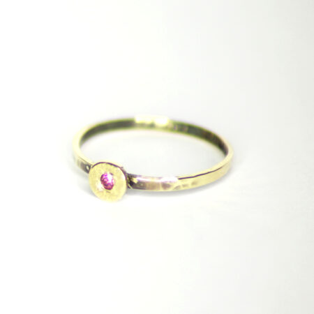 Ring aus 585 Recycling-Gold mit Goldplatte und Rhodolith (violetter Granat)