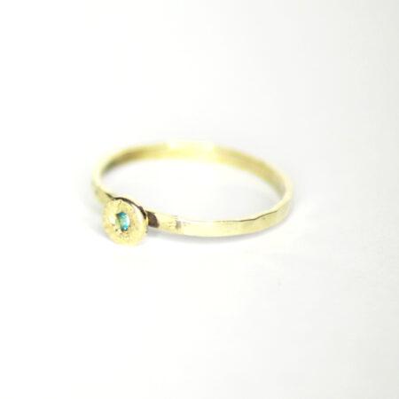 Ring aus 585 Recycling-Gold mit Goldplatte und Smaragd