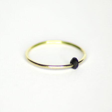 Ring aus 585 Recycling-Gold mit beweglichem schwarzen Zirkon